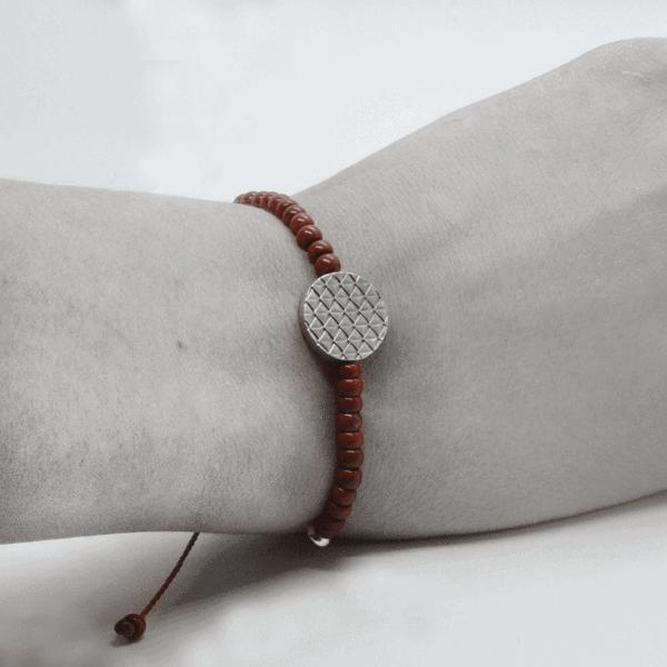 Ein Xango-Armband, das am Handgelenk getragen wird und die Zartheit und Eleganz des Armbands unterstreicht.