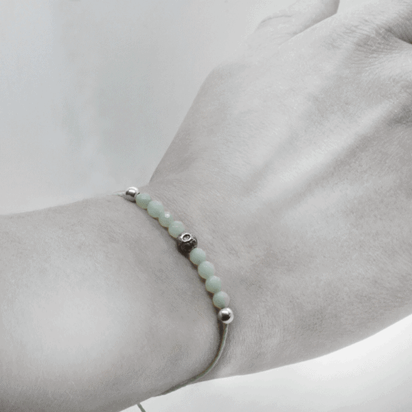 An Oxossi bracelet worn on the wrist, highlighting the finesse and elegance of the bracelet.