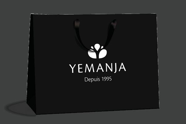 Trousse noire en coton éthique avec le logo Yemanja imprimé en blanc au milieu.