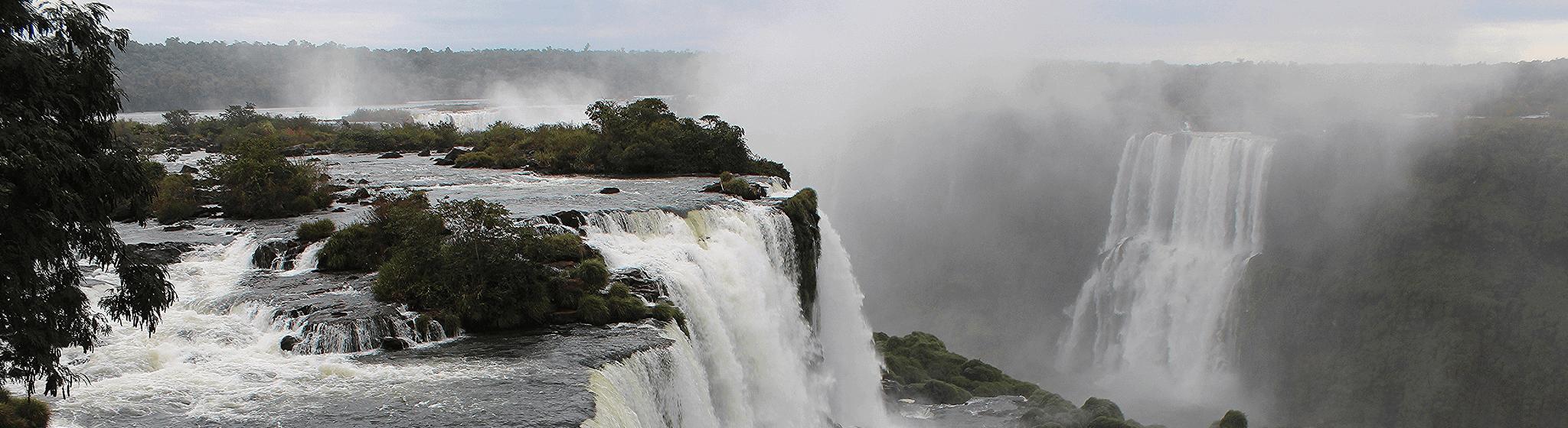 Grandes chutes d'eau naturelles.