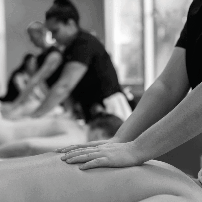 Plusieurs personnes se faisant masser dans le cadre d'un cours de massage.